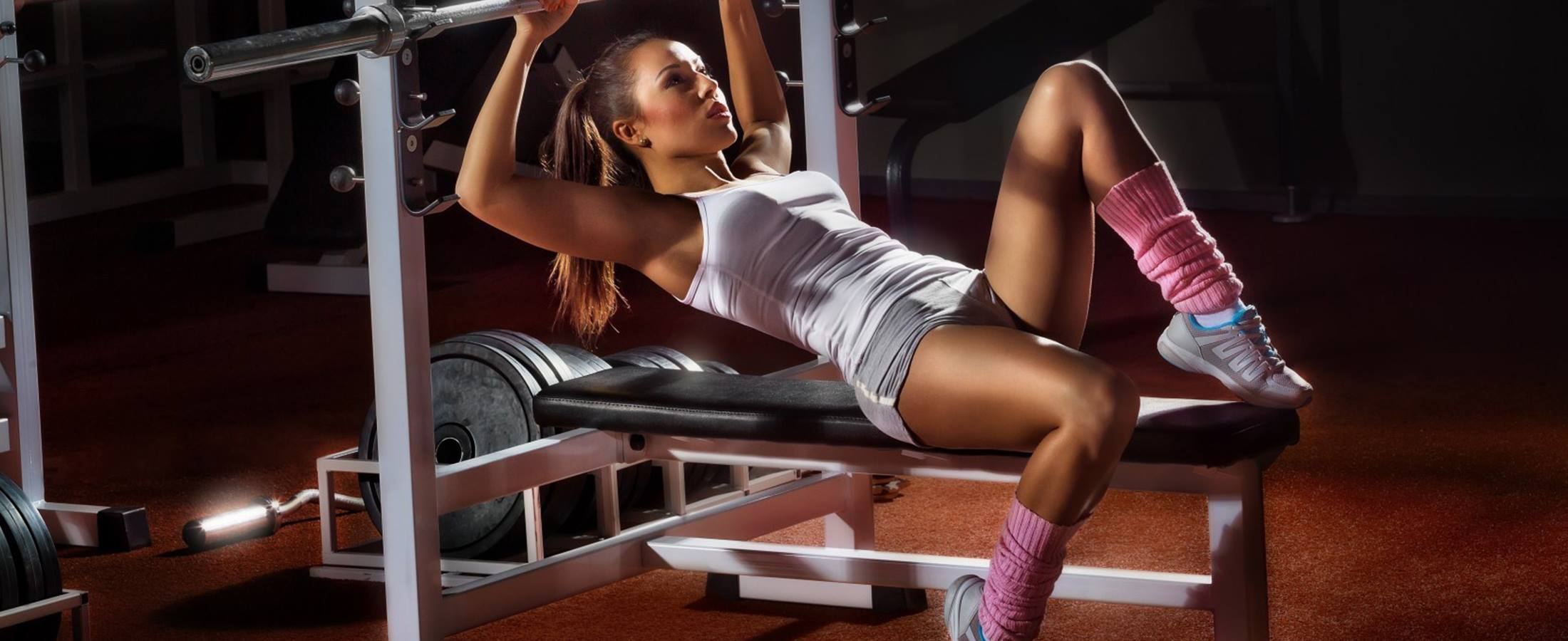 GIRL-WORKING-OUT-AT-THE-GYM